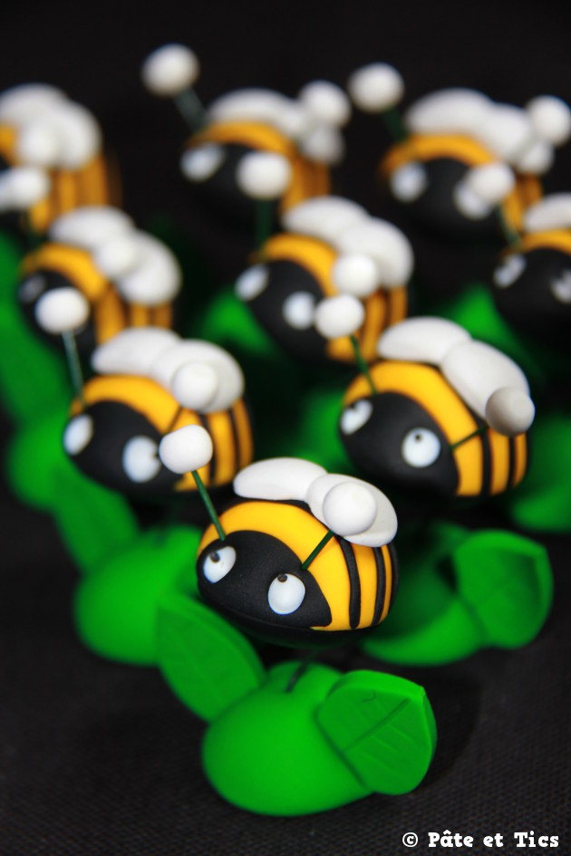 Petits sujets figurines abeilles montées en fleurs