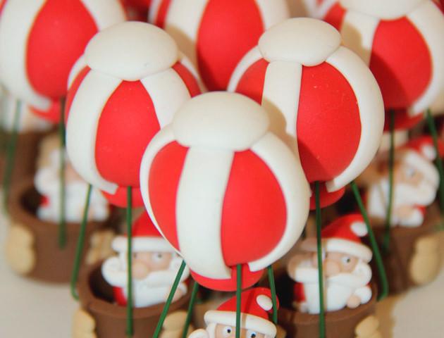 Sujets pères Noël en montgolfières