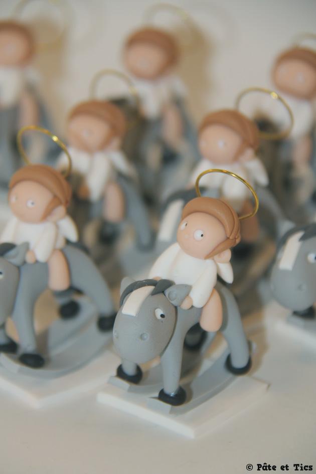 Petits sujets figurines anges sur leurs chevaux à bascule