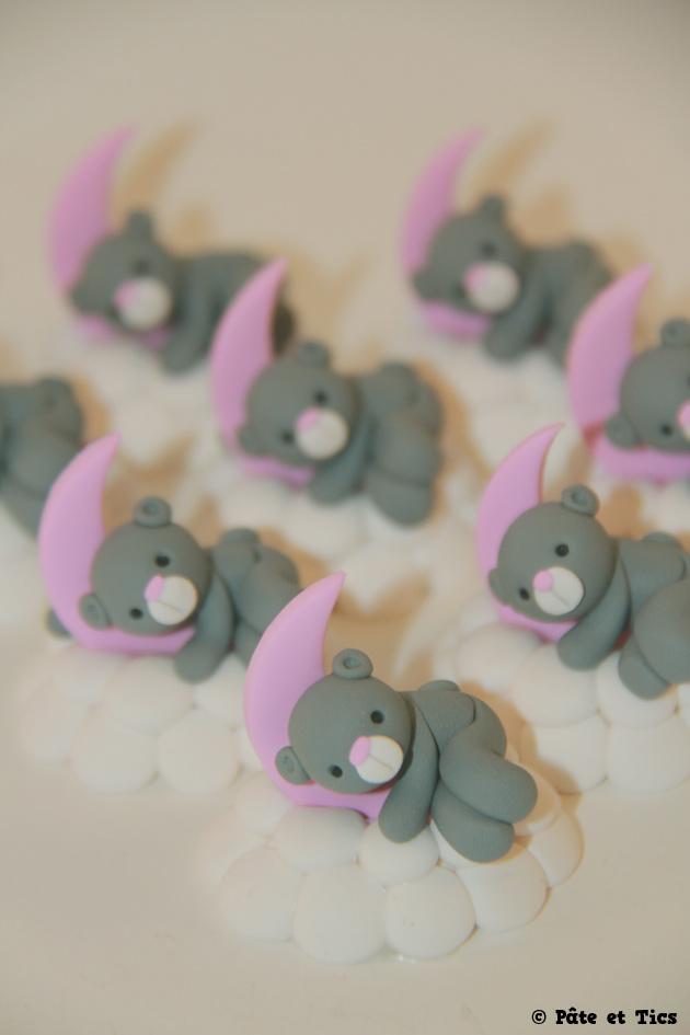 Petits sujets figurines oursons couchés sur leurs nuages