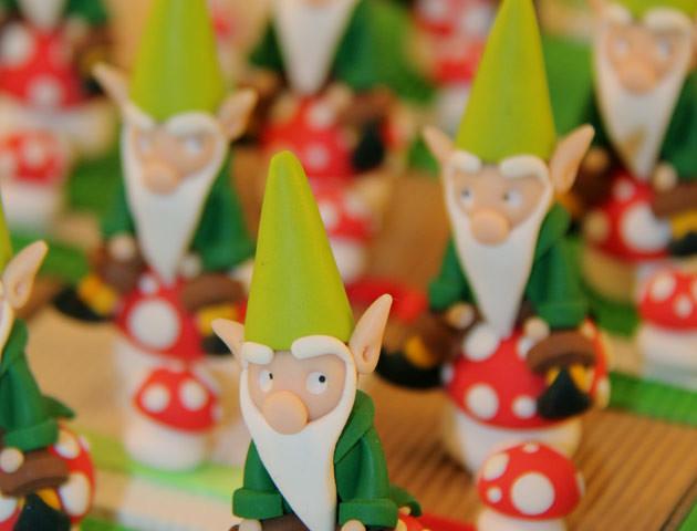 Boîtes à chocolats lutins sur leurs champignons