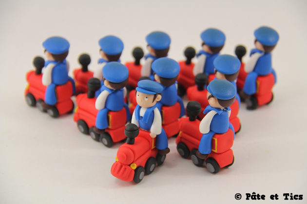 Petits sujets garçons sur leurs locomotives